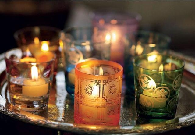 Copos-coloridos-e-desenhados-podem-receber-água-e-velas-flutuantes-para-uma-bandeja-iluminada